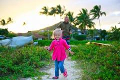 иметь потехи семьи пляжа счастливый Стоковое Изображение RF