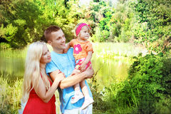 иметь потехи семьи счастливый outdoors Стоковая Фотография RF