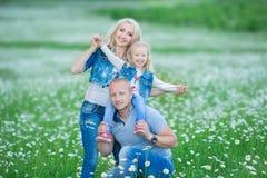 иметь потехи семьи счастливый outdoors Портрет счастливой семьи в людях сельской местности счастливых outdoors нося джинсы наслаж Стоковая Фотография