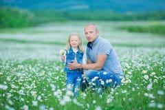 иметь потехи семьи счастливый outdoors Портрет счастливой семьи в людях сельской местности счастливых outdoors нося джинсы наслаж Стоковое Изображение