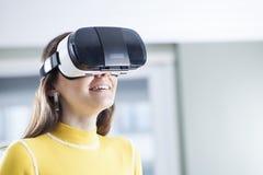 Иметь потеху в виртуальной реальности стоковая фотография rf