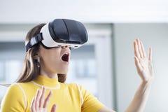 Иметь потеху в виртуальной реальности стоковая фотография
