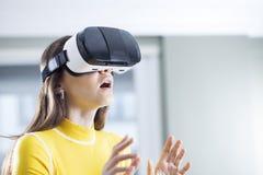 Иметь потеху в виртуальной реальности стоковые фото