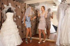 Иметь потеху в bridal бутике Стоковые Изображения