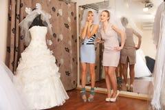 Иметь потеху в bridal бутике Стоковые Изображения RF