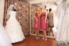 Иметь потеху в bridal бутике Стоковая Фотография