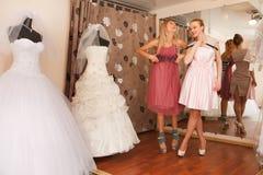 Иметь потеху в bridal бутике Стоковые Фотографии RF