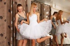 Иметь потеху в bridal бутике Стоковое Изображение RF