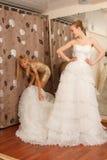 Иметь потеху в bridal бутике Стоковое Изображение