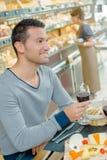 Иметь сыр и вино на обед стоковое фото