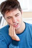 иметь toothache портрета человека свирепствуя Стоковое фото RF