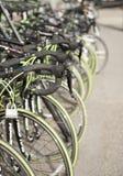 имеющиеся bikes арендуют рядок к стоковая фотография