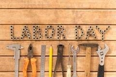 имеющийся вектор работы архива дня Различные инструменты на деревянном столе стоковое изображение rf