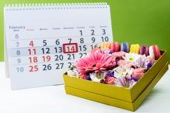 имеющийся вектор valentines архива дня карточки Коробка с красивыми красочными цветками и макинтошем Стоковые Изображения RF