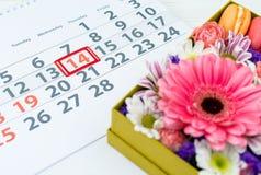 имеющийся вектор valentines архива дня карточки Коробка с красивыми красочными цветками и макинтошем Стоковое Фото