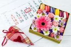 имеющийся вектор valentines архива дня карточки Коробка с красивыми красочными цветками и макинтошем Стоковое Изображение