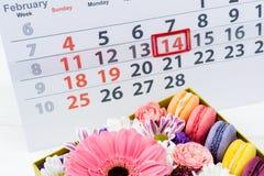 имеющийся вектор valentines архива дня карточки Коробка с красивыми красочными цветками и макинтошем Стоковые Изображения