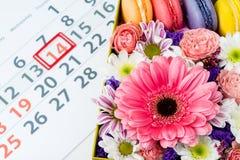 имеющийся вектор valentines архива дня карточки Коробка с красивыми красочными цветками и макинтошем Стоковая Фотография RF