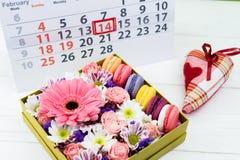 имеющийся вектор valentines архива дня карточки Коробка с красивыми красочными цветками и макинтошем Стоковое Изображение RF