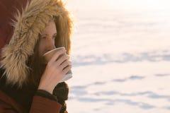 Имеющ горячее питье outdoors в зиме Стоковое Фото
