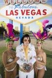 Имитатор Elvis Presley держа обломоки и положение с танцорами казино стоковые изображения rf