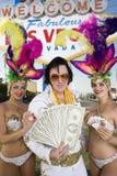 Имитатор Elvis Presley держа танцоров денег и казино держа играя карточки и обломоки стоковое изображение