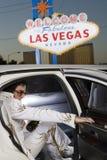 Имитатор Elvis Presley шагая вне от автомобиля стоковое фото rf