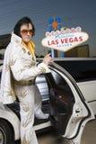 Имитатор Elvis Presley шагая вне от автомобиля стоковое изображение rf