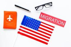 Иммиграция к концепции Соединенных Штатов Америки Textimmigration около крышки пасспорта и США сигнализируют на белой предпосылке стоковое фото rf