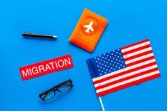 Иммиграция к концепции Соединенных Штатов Америки Textimmigration около крышки пасспорта и США сигнализируют на голубой верхней ч стоковая фотография rf