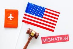 Иммиграция к концепции Соединенных Штатов Америки Textimmigration около крышки пасспорта и США сигнализируют, судят молоток на бе стоковое фото rf