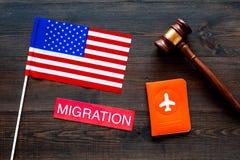 Иммиграция к концепции Соединенных Штатов Америки Textimmigration около крышки паспорта и флага США, молотка судьи на темноте стоковые фотографии rf