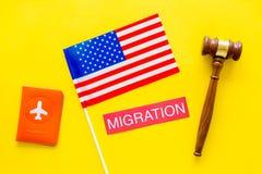 Иммиграция к концепции Соединенных Штатов Америки Textimmigration около крышки паспорта и флага США, молотка судьи дальше стоковая фотография rf