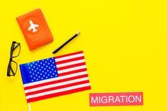 Иммиграция к концепции Соединенных Штатов Америки Textimmigration около крышки паспорта и флага США на желтой предпосылке стоковая фотография rf