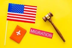 Иммиграция к концепции Соединенных Штатов Америки Textimmigration около крышки паспорта и флага США, молотка судьи дальше стоковая фотография