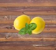 2 лимона на деревянной предпосылке с экземпляр-космосом Стоковые Фотографии RF