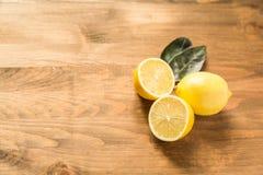 3 лимона на деревянной предпосылке Стоковое Изображение