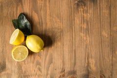 3 лимона на деревянной предпосылке Стоковые Фото