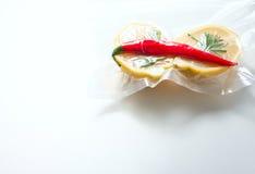 лимон в пакете вакуума Sous-vide, кухня новой технологии стоковая фотография rf