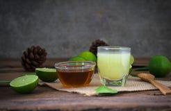 лимон известки с соком и медом в прозрачном стекле с sac Стоковое Изображение