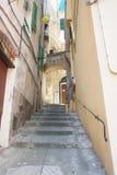 ИМПЕРИЯ ИТАЛИИ - 14-ОЕ ИЮЛЯ 2014: Взгляд переулка с лестницами поднимает t Стоковое фото RF