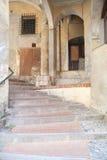 ИМПЕРИЯ ИТАЛИИ - 14-ОЕ ИЮЛЯ 2014: Взгляд переулка с лестницами поднимает t Стоковое Фото