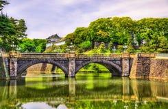 Имперский дворец с мостом Nijubashi в токио стоковые фото
