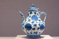 Имперский голубой и белый чайник фарфора стоковая фотография rf