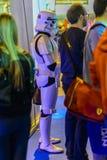 Имперский Stormtrooper рядом с другими людьми Стоковые Изображения