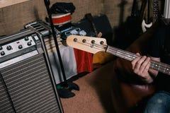 Импровизация басовой гитары в крупном плане студии Стоковое Изображение