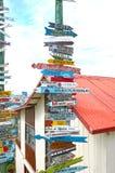 Импровизированный столб знака мили, арены Punta, Чили Патагония, Южная Америка стоковое изображение