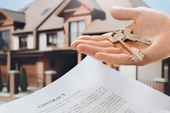 Имущественное агентство недвижимости квартиры ренты молодого человека стоковые фотографии rf