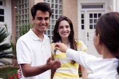 имущество агента вручая ключа дома над реальным Стоковые Изображения