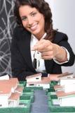 имущество агента вручая ключей сверх Стоковая Фотография